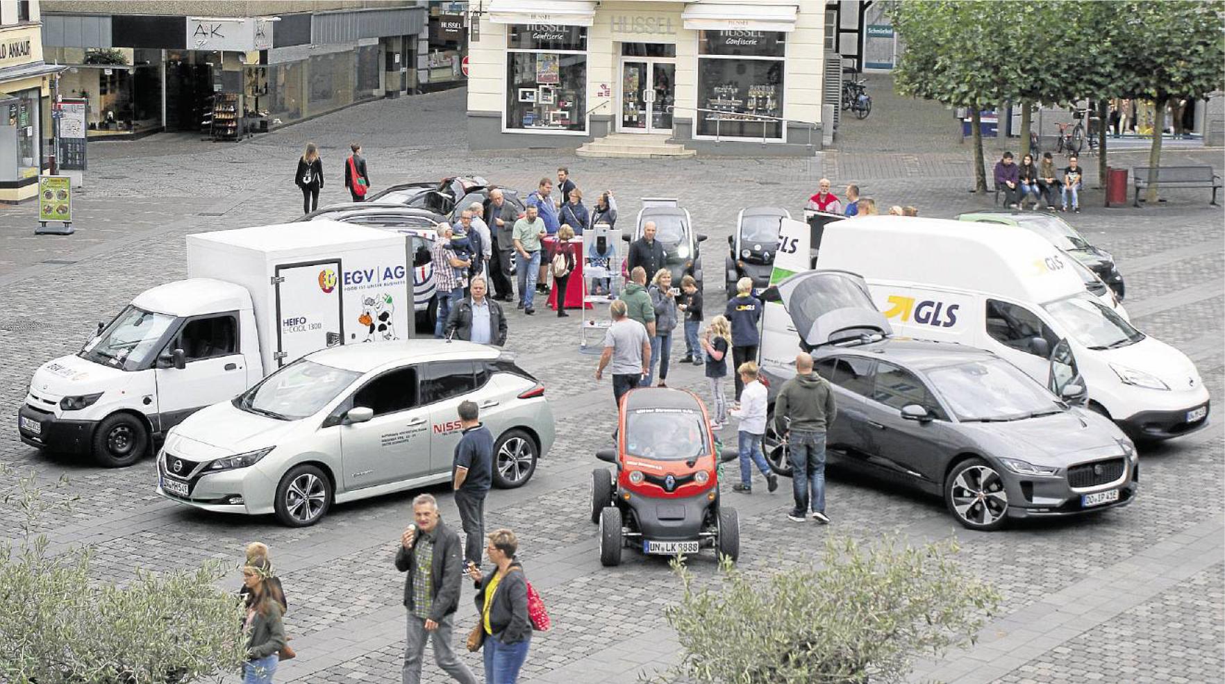 Presseartikel: Elektroautos überraschen Passanten auf dem Marktplatz